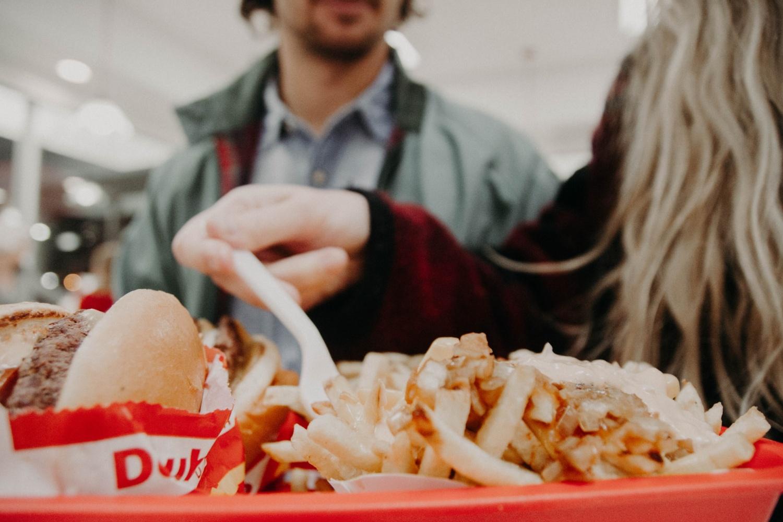 COVID-19: Dùng bữa trong nhà hay ngoài trời?