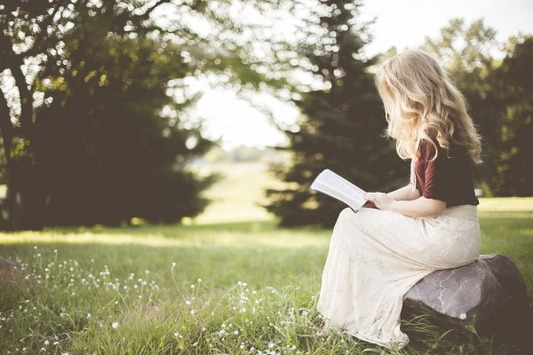 Why Should You Read Outdoors? Scientific Research Reveals Some Reasons