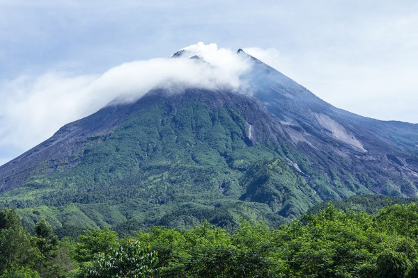 Mount Merapi Eruption 2021: Indonesia's Most Volatile Volcano Bursts an Avalanche of Lava, Shots Ash High Into the Sky
