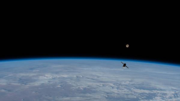 Buque de reabastecimiento ruso con luna llena de fondo