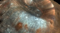 Stickney_crater_on_Phobos.jpg
