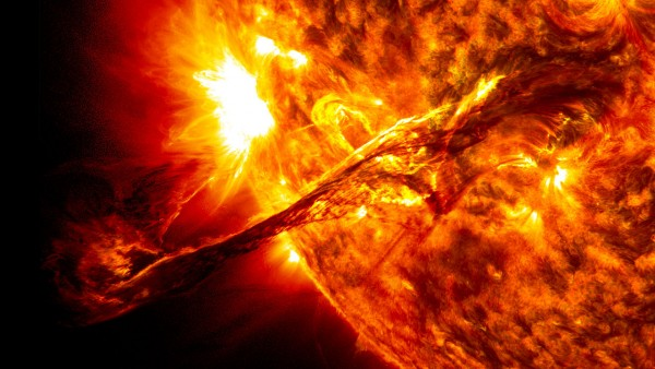 Giant_prominence_on_the_sun_erupted.jpg